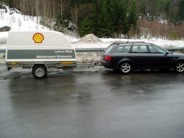 Audi A6 med en ekte Shell tilhenger. God og trygg transport.