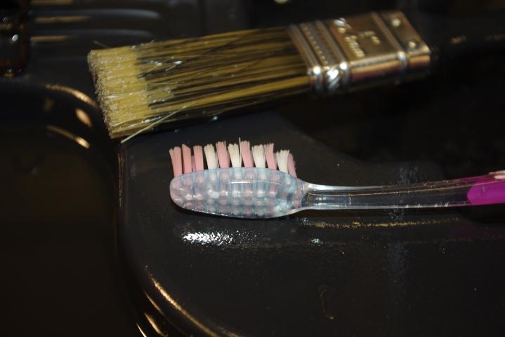 Pensel fra Europris, tannbørste fra Kiwi.