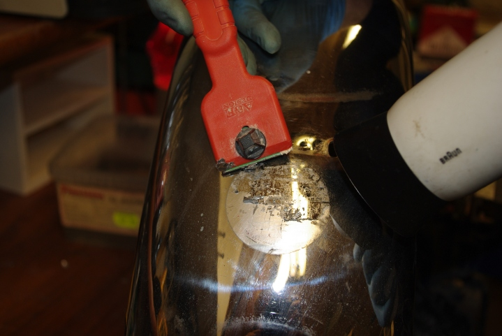 Varmluftpistol og skrape fjerner klistremerke.