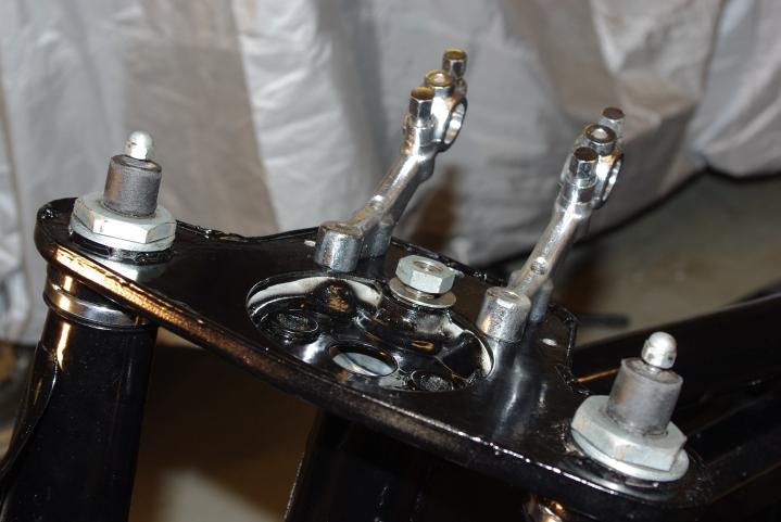 Øvre styreplate med påfyllingsbolter.
