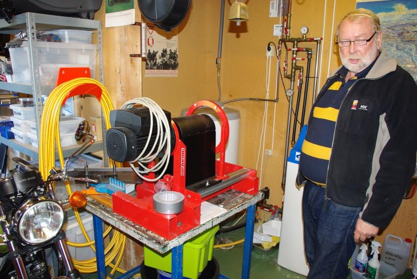 Rolf Halvorsen foran selvkonstruert maskin.